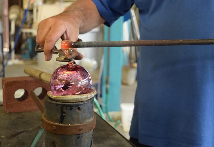 Entre artisan et artiste : le métier de souffleur de verre